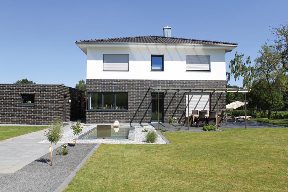 Haus mit Klinker und Putz, Rasen und Kies Weitwinkel